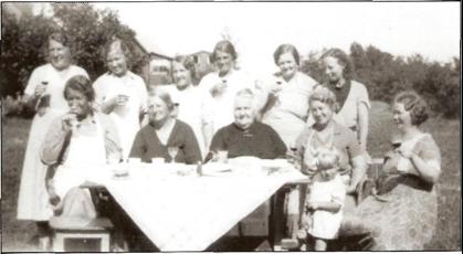 IDYLL I RODE 9 -1938: Nederst fra venstre fru Pettersen, fru Marthinsen, fru Johansen, fru Nilsen, fru Lind - foran Unni Nilsen. Øverst fra venstre fru Olsen, fru Nilsen, fru Andersen, fru Haraldsen, fru Ekstrøm og fru Strandem.