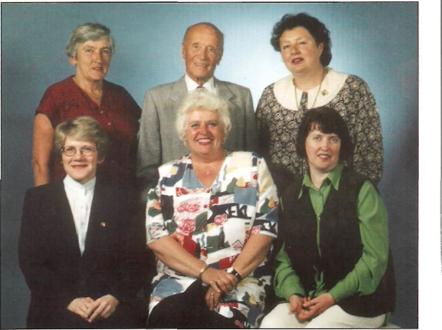 STYRET I JUBILEUMSÅRET 1997: Første rad fra venstre. Unni Teichmann (styremedlem) 3. generasjon etter Oscar Larsen. Anna-Marie Normann (leder) 3. generasjon etter Hilmar Kristiansen. Turid Olsen (sekretær) Inngiftet med Per Olsen, 3. generasjon. Andre rad fra venstre. Eva Ellisen (kasserer) 4. generasjon etter Julie Hansen. Ivar Ofstad (2. vara) Hytteeier fra 1978. Kirsti Andersen (1. vara) 3.generasjon etter Kristoffer Jonsen. Tor Arild Johansen (nestleder) Ikke tilstede da bildet ble tatt. 3. generasjon etter Oscar Larsen.